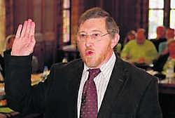 Wilfried Van Kerrebroeck legde de eed af bij burgemeester Koen Loete. Michel Moens