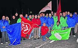 'We willen dat onze ontslagen collega opnieuw in dienst wordt genomen', zeggen de werknemers en vakbondsmensen bij EWI in Kluisbergen. fo