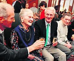 Gabriëlle Demets uit Zwevegem mocht vorig jaar met haar zonen klinken op haar 110de verjaardag. wbk