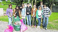 De leerlingen van het OLV-instituut haalden afval op. kms
