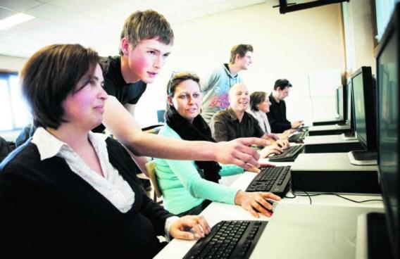 Kristof en Wouter brengen hun leerkrachten de laatste ICT-kneepjes bij.Wim Kempenaers