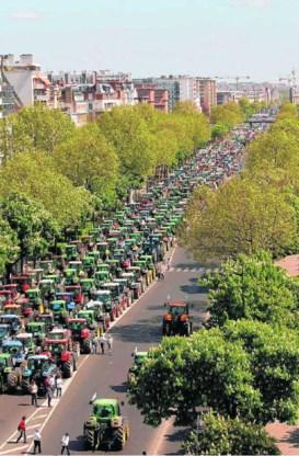 Boze Franse boeren en dus tractorenfile in Parijs.Benoit Tessier/reuters