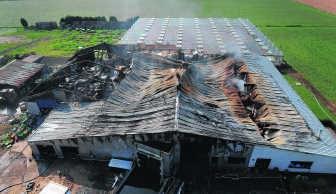 Een luchtfoto van het vernielde bedrijf: 2.500 vierkante meter ging in de vlammen op.phk