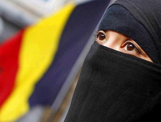 Kamer keurt verbod op dragen boerka's goed
