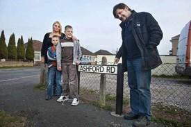 Lynne en zonen met 'uncle Nigel' in de straat waar ze opgroeiden. Alleen voor deze foto durft Lynne heel even uit de auto te stappen.