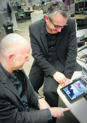 Gert Ysebaert (uitgever) en Peter Vandermeersch (algemeen hoofdredacteur) keuren de krant op iPad-formaat.Karel De Weerdt