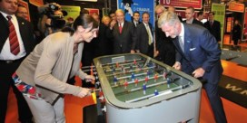 Prins Filip speelt tafelvoetbal met Kim Gevaert