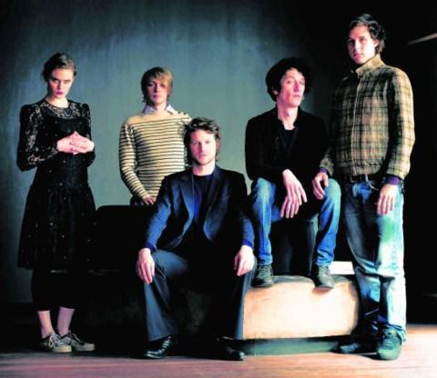 Tommigun, met in het midden Thomas Devos en links Kaat Arnaert, de zus van Geike. Jan Missotten