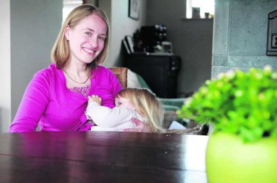 Iris Goddyn geeft borstvoeding aan Florence (2). 'Kleutertjes zijn nog zo klein, zo broos, ze genieten van de geborgenheid tijdens de borstvoeding.'Wouter Van Vooren