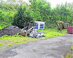De tuin van de woning ligt bezaaid met bouwafval. bkh