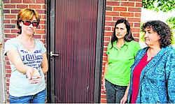 De Dikkelvense caféuitbaatsters - Véronique van De Rotse, Lut en Biep van De Betoverde Maan en Cindy van 't Stamineetje - schrokken toen ze hun deursloten opengebroken vonden. gpp