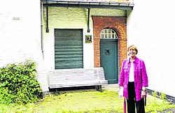 Gedeputeerde Marleen Titeca voor het Lijsternest, de vroegere woning van Stijn Streuvels. Jan Decock