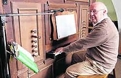 Hubert Cottenie bespeelt al veertig jaar met veel liefde het beschermde orgel. Eric Vanthournout