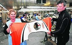 Stikster Anita Bert en sales manager Peter De Raeve: 'De technische polyesters drogen snel, ademen, zijn temperatuurregulerend, voeren vocht af en zijn onderhoudsvriendelijk.' hdr