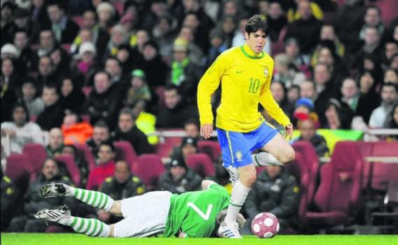 Kaka in duel met de Ier Liam Lawrence tijdens een vriendschappelijke interland. De Real Madrid-speler moet met Brazilië de ontgoocheling trachten weg te werken van het WK 2006, toen de Goddelijke Kanaries er al in de kwartfinales uitgingen.Tony O'Brien/ph