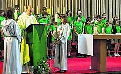 De misdienaars en vrijwilligers brachten in hun eigen 'nevendienst voor kinderen' hulde aan pastoor Dominiek Vercruysse, die moet verhuizen. Johan Depaepe
