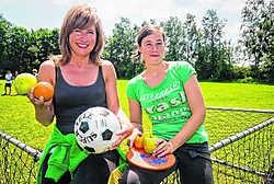 Ilsa Pée en Riet De Leersnyder geven jongeren met overgewicht tips over gezond eten.shb