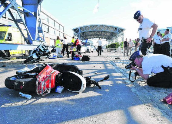 De politie neemt foto's van de gecrashte scooter op de Akenkaai, de plaats van het ongeval.Pascal Vigneron