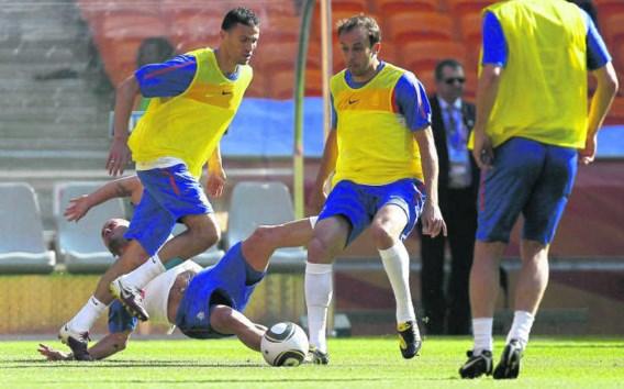 Een typisch Nederlands akkefietje: nadat Sneijder (onder) Boulahrouz door de benen had gepeeld, verkocht die hem een ferme beuk.Thomas Coex/afp