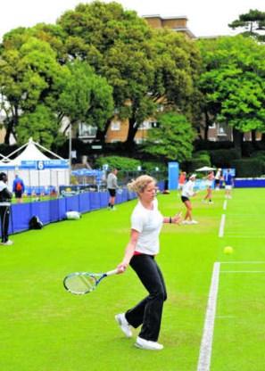 Kim Clijsters aan de slag op de trainingscourts van Eastbourne. Alles staat nu in het teken van Wimbledon.photo news