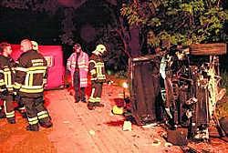 De wagen van het slachtoffer raakte om een nog onduidelijke reden van de weg af en belandde tegen een boom en vervolgens een verlichtingspaal.ena