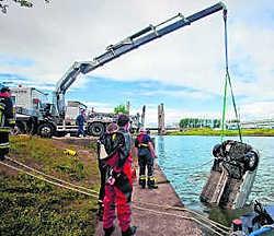 De autobestuurder belandde met zijn wagen in het kanaal, maar kon zich op de valreep nog bevrijden.shb