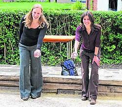 Isolde Devogel en Eva Everaert van de stad Gent testen de nieuwe baan. sgg