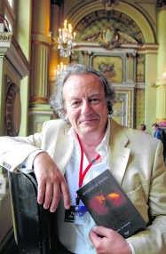 Het was aanschuiven voor een handtekening van het succesvolle Britse schrijversechtpaar Nicci French. Michel Vanneuville