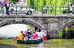 De schuit knalde op de Binnennete tegen een pijler van de brug aan. lvl