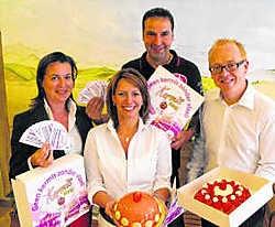 Schepenen Rudi Nivelle en Mark Curvers beslisten samen met bakkers en de foorkramers gratis vlaai aan te bieden. ppn