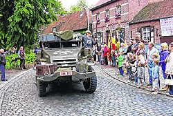 De bevrijding van Gierle, 65 jaar geleden, werd nog eens 'overgedaan': legervoertuigen trokken door de straten en werden toegejuicht door de mensen. ram