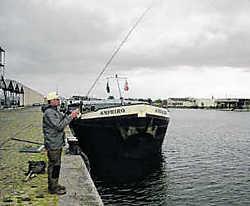 'Streetfishing' in de Antwerpse haven: in Nederland is de trend voorlopig iets meer 'ingeburgerd' dan bij ons. cdh