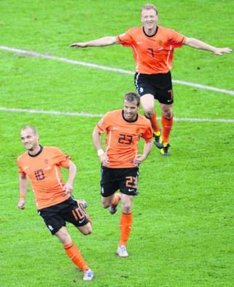 Wesley Sneijder viert zijn winnende treffer met Van der Vaart en Kuyt <br>in het zog. De keeper zag er niet goed uit bij die fase.Liu Jin/afp