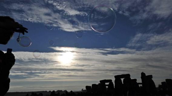 IN BEELD XL. Duizenden vieren zonnewende bij Stonehenge