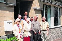 Eric De Raeve (uiterst rechts) en Roland De Bosscher (bovenaan), samen met de gasten van rusthuis De Raeve. jvw