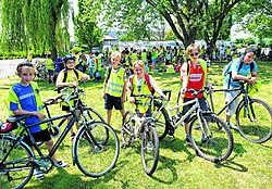 De kinderen fietsten met plezier van de ene voorstelling naar de andere.