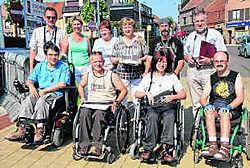 Vijf rolstoelgebruikers (Jelle Van de Wiele ontbreekt op de foto) en leden van de Toegankelijkheidsraad zochten de zwakke plekken voor rolstoelgebruikes op. Eric Vanthournout