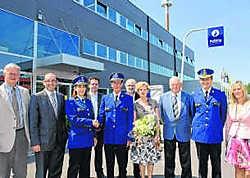 Commissaris Werner Sercu (midden) geeft de fakkel door aan Eva De Gersem (derde van links). mvn