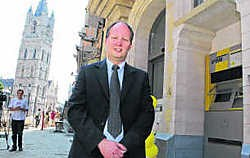 De Lijn-directeur Dirk Busschaert: 'Dit is de grootste Lijnwinkel van Oost-Vlaanderen.'gia