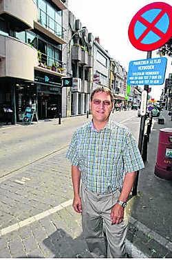 Eddy De Vliegher bij een van de bizarre verkeersborden in de Leuvensestraat.Koen Merens