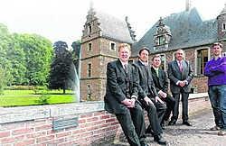 De drie 'gouden stemmen' in het historisch decor van het Waterkasteel in Moorsel. <br>Hendrik De Rycke