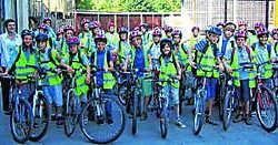 Met hun fluohesjes en rode helmen zijn de leerlingen van Sint-Franciscus voortaan beter gezien in het verkeer. ivh