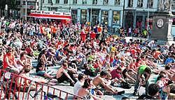 Het Sint-Baafsplein is de jongste dagen multicultureler dan ooit en naarmate de wedstrijden 'levensbelangrijker' worden, komt er ook meer volk.