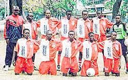 Dominique zorgde voor de truitjes van deze voetballertjes. Het Oostendse bedrijf Transport Maenhout sponsort ze. dji