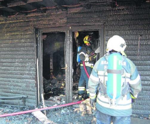 De vlammen sloegen bij aankomst van de brandweer al langs de vier kanten uit het chalet. Het gebouw redden, was onbegonnen werk. res