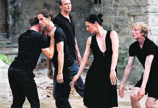 De dansers tijdens 'En atendant': kijken naar elkaar, wachten, spanning opbouwen.rr