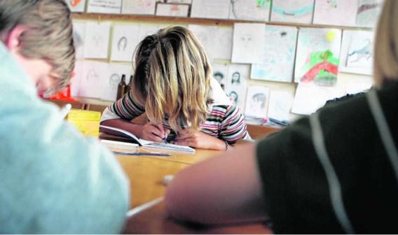 Schrijfvaardigheidsoefeningen in een steinerschool. Verschillende ouders vinden dat hun kinderen een leerachterstand opliepen in De Zonnewijzer.Evelyne Jacq/hollandse hoogte