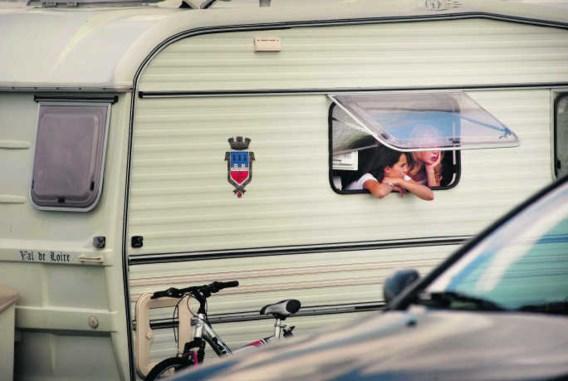 Een van de zigeunerwagens in Wingene. Deze meisjes bekeken het rustig, maar sommige bewoners raakten geagiteerd.Eric de Mildt
