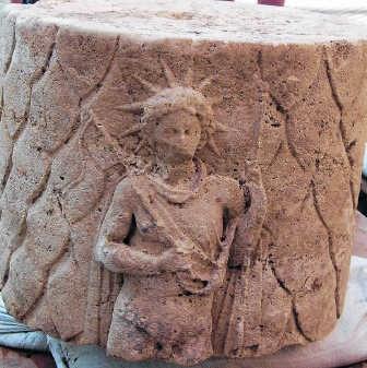 De afgebeelde goden zijn waarschijnlijk zonnegod Sol en Juno, de echtgenote van Jupiler. if