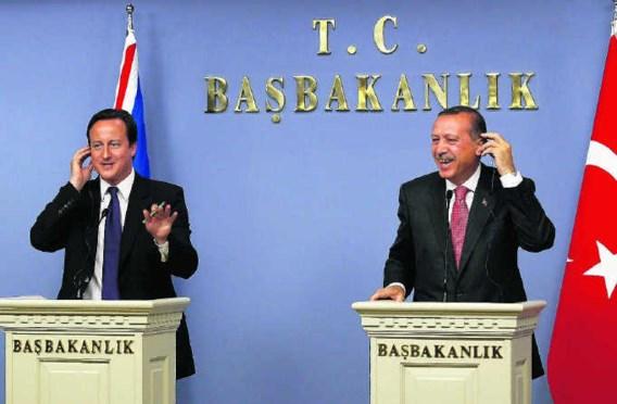 De relaties tussen Groot-Brittannië en Turkije beleven 'een gouden tijd', zei de Turkse premier Erdogan (r) tijdens het bezoek van zijn Britse collega. Umit Bektas/reuters